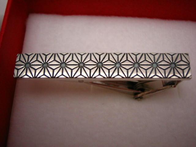 和柄のネクタイバーの画像