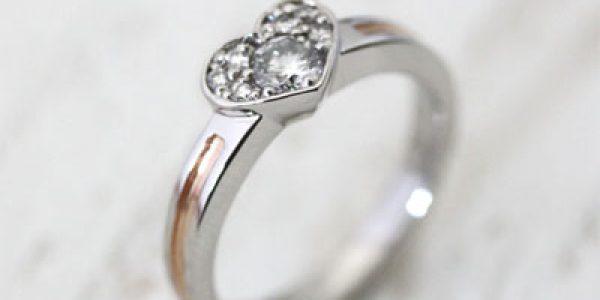 ハート枠にダイヤを敷き詰めたエンゲージリング
