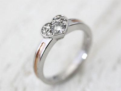 ハート枠にダイヤを敷き詰めたエンゲージリングの画像